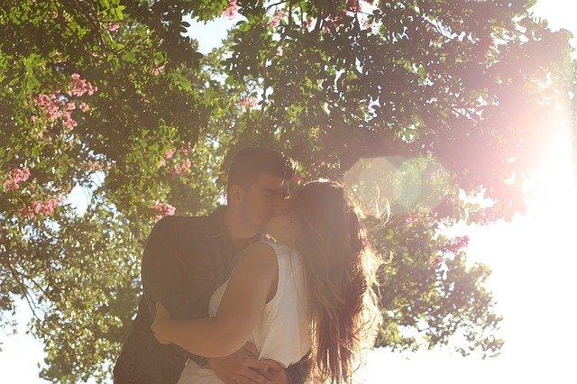 polibek pod stromem