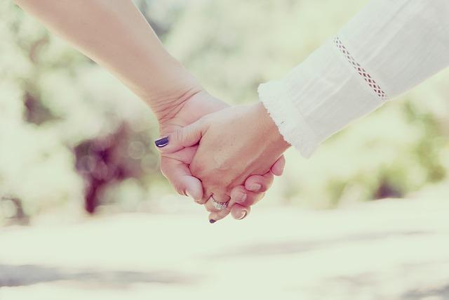 držet se za ruce