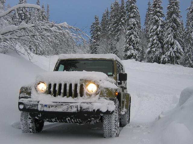jeep ve sněhu