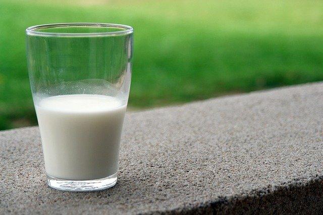 půl sklenice mléka.jpg
