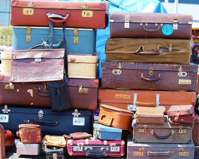 hromada kufrů